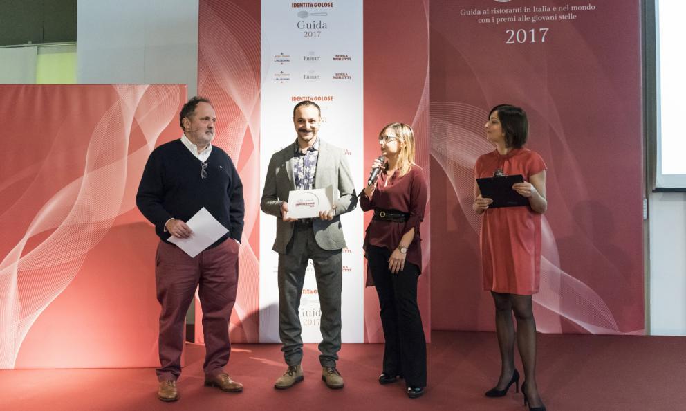 Diego Rossi, chef del ristorante Trippa a Milano, premiato da Ilaria Zaminga, coordinatrice Fondazione Birra Moretti