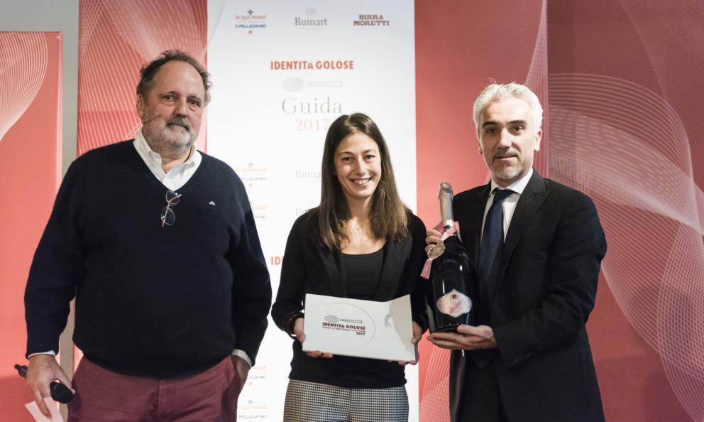 Barbara Manoni, Casa Parbellini, Verona, premiata da Alberto Ugolini Brand Ambassador Gruppo Vinicolo Santa Margherita