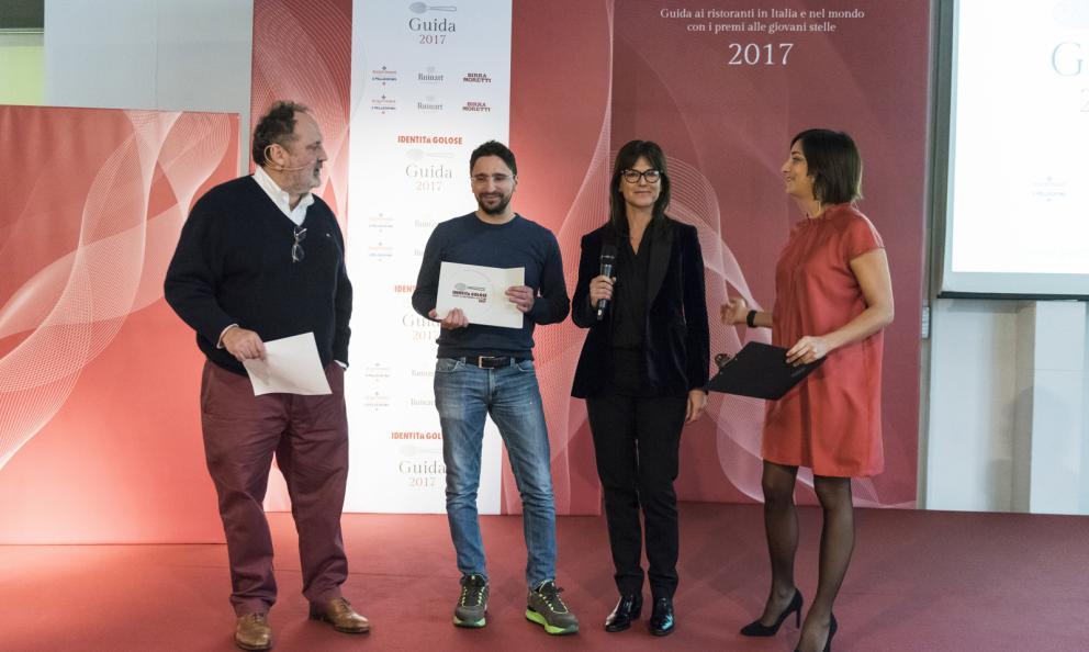 Claudio Catino, sous chef di Andrea Berton al ristorante Berton di Milano, premiato da Elena Bacchini Direttore Marketing Surgital