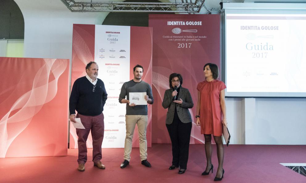 Andrea Tortora, St.Hubertus dell'Hotel Rosa Alpina, San Cassiano in Badia (Bolzano) premiato da Paola Rossoni, direttrice marketing Pavoni Italia