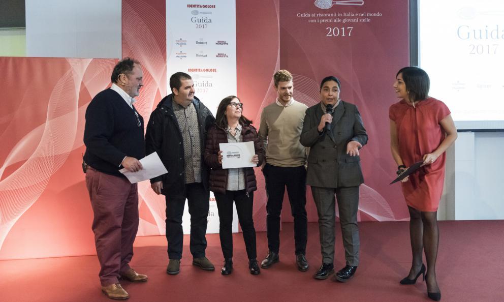 Antonio, Rosetta e Luca Abbruzzino del ristorante Abbruzzino a Catanzaro premiati da Paola Valeria Jovinelli presidente di Arte Del Convivio