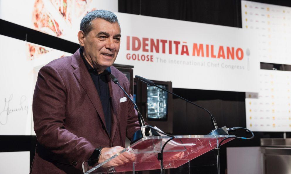 Claudio Ceroni, fondatore con Paolo Marchi di Identità Golose, sul palco del congresso, edizione 2019, l'ultima che è stato possibile tenere dal vivo prima della pandemia. La prossima è in programma dal 25 al 27 settembre 2021