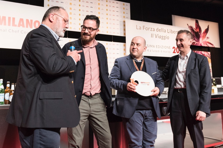 Ezio Balarini, Group chief marketing officer di Autogrill, ha premiato Alessandro Pipero e il suo chef Luciano Monosilio