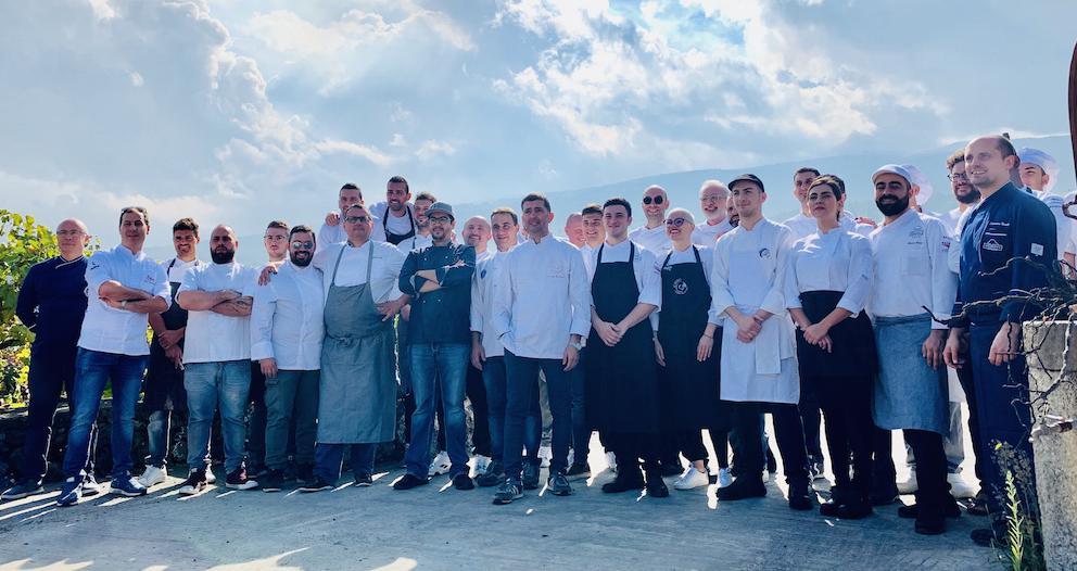 La cmpagine di cuochi che ha animato la sesta edizione del Mediterranean Cooking Congress e la sesta tappa dell'In The Kitchen Tour 2019 di Charming Italian Chef(fotoMarcello Giugno)