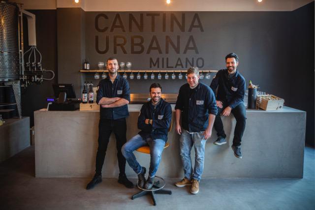 Michele Rimpici(seduto) e lo staff diCantina Urbana, vinificazione e vendita al dettaglio invia Ascanio Sforza 87, Milano