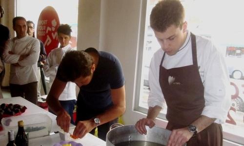 Lorenzo Cogo, cuoco d'El Coq di Marano Vicentino, impiatta il suo Raviolo dell'atleta con l'aiuto di Alessandro Negrini di Aimo e Nadia. Alle loro spalle, Cristina Bowerman