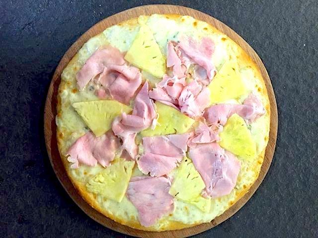 Dopo le polemiche sulla pizza all'ananas, intervieneMassimo Gatti de I Due Gatti di Borgotaro e Parma. «Io la preparo» (vedi foto sopra). E la difende pure
