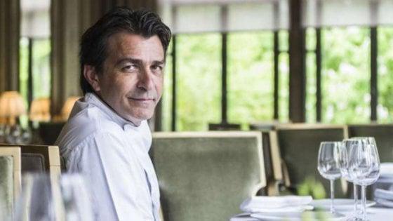 Yannick Alléno, cuoco francese due volte tri-stellato (Pavillon Ledoyen a Parigi e Le 1947 al Cheval Blancdi Courchevel), qui seduto al tavolo diAllénothèque a Parigi, una delle 4 novità di oggi nella Guida di Identità
