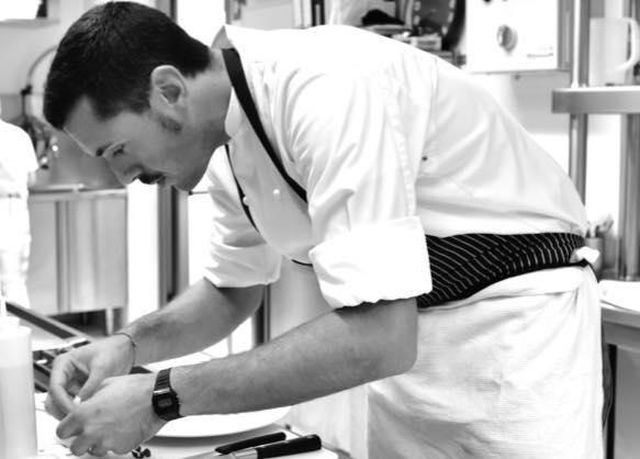 Enrico Marmo al lavoro nella cucina dei Balzi Rossi, a Ventimiglia (Imperia). La famiglia Beglia lo ha scelto nel 2016 come chef per la riapertura dello storico ristorante della riviera di Ponente
