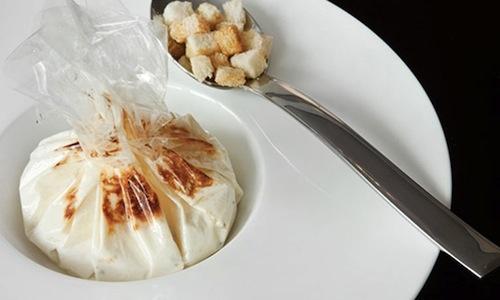 Uovo in gabbia con salsa di latte e parmigiano al tartufo bianco e nero noH2o (disidtratato), piatto simbolo di Fulvio Siccardi, cuoco già con una stella sia alle Clivie di Piobesi sia aiConti Roero, entrambi in Piemonte. Da febbraio è chef al Da Noi In, ristorante del Magna Pars Suites, via Forcella 6 a Milano,+39.02.8338371
