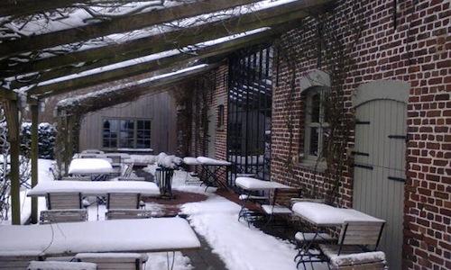 L'esterno innevato del ristorante In De Wulf diD
