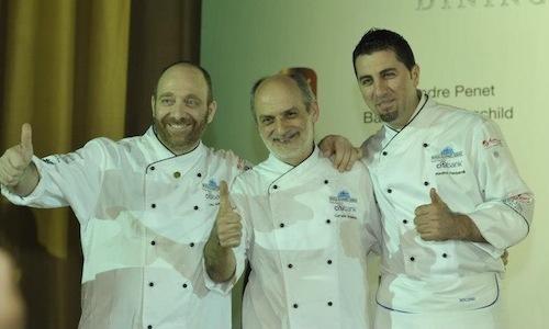 Al centro, strettotra il cuoco Lino Sauro del ri