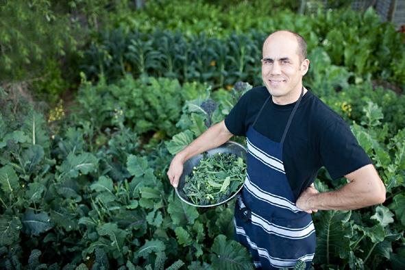 Bevan Smith, chef originario dell'isola Nord della Nuova Zelanda, nei campi attigui a Riverstone Kitchen, un bistrot semplice e molto curato aperto nei pressi di Timaru, a metà strada tra Christchurch e Dunedin, I fornitori sono tutti a un'ora di macchina dal locale