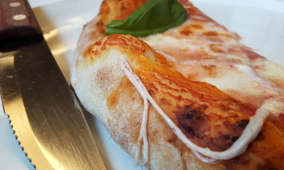 La margherita della pizzeria/ristorantePiccola Piedigrottadi Giovanni Mandara da Tramonti (Salerno). Gli impasti hanno lievitazioni lunghissimee sono lavorati con l'acqua di mare