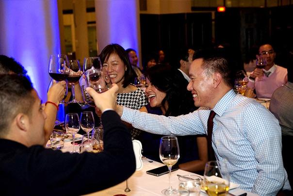 Come si rapportano i cinesi al vino? Ce lospiega Claudio Grillenzoni in 4 puntate. Oggi,la cena tra amici. Prossimamente: 3)il wine tasting e4) ilcompratore di vino (foto privy.net)