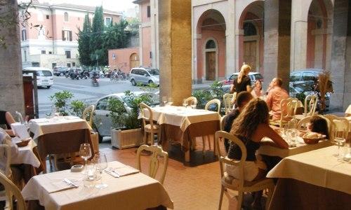 I tavoli all'esterno del ristorante La Piazzetta a