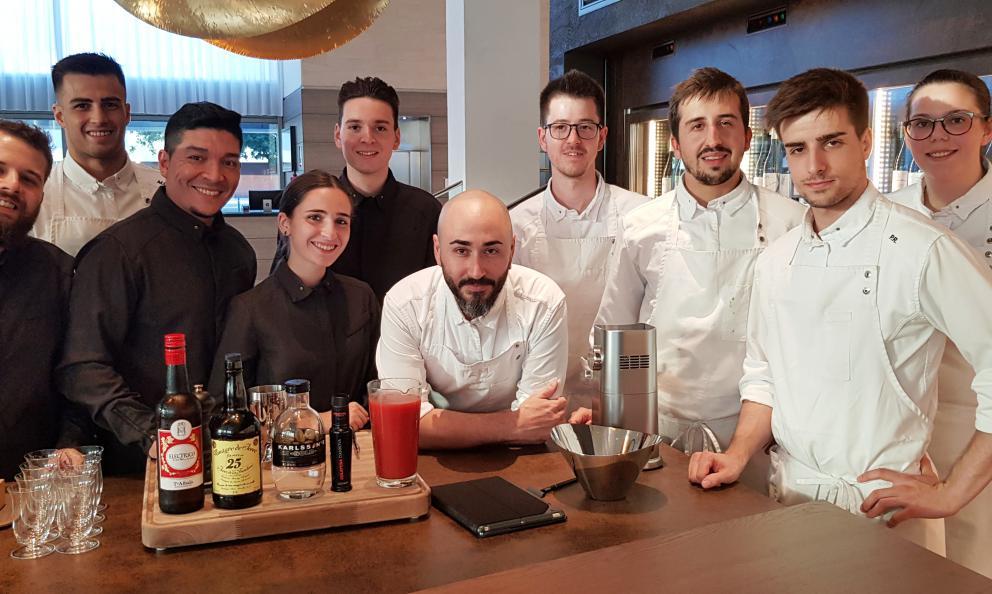 Lo staff del ristoranteAürt, contenuto all'interno dell'Hilton Diagonal Hotela Barcellona. Al centro, lo chefArtur Martinez