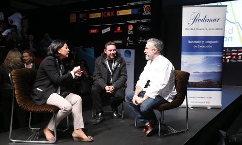 Albert Adrià a Madrid Fusion 2013 con la giornalistaJulia Perez e Sergi Arola ©Madrid Fusión