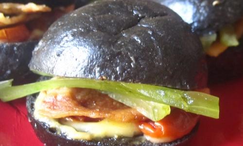 La rivisitazione del Bmt (bacon, lettuce, tomato) sandwich di Cristina Bowerman dell'Hostaria Glass di Roma. Il panino è al nero di seppia. Dentro, pomodorini pugliesi, lattuga e controfiletto di maiale