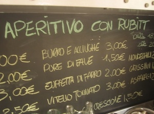 La lavagna al bancone del Ratanà di Milano, tana dei rubitt