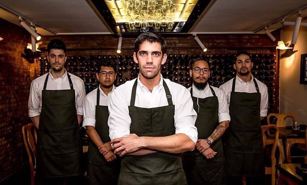 Sergio Barroso, spagnolo di 33 anni, con la brigata del suo ristorante 040, aperto nel 2015 a Santiago del Cile