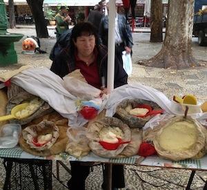 Venditrice di formaggio del sacco