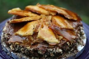 Una versione della torta Dobos, il dolce più celebre del Paese, farcito con crema al cioccolato e caramello (foto amyisaacson)