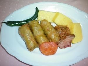 Sarmale, involtini di verza ripieni, popolari nella tradizione rumena