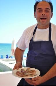 Michele Rotondo della Masseria Petrino di Palagianello, ad agosto al Lido Albatros di Castellaneta Marina,+39.348.7078445, frigge le pettinesse con una leggera crosta di farina