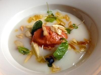 Gelato di gamberi, crema di riso di San Gavino, mandorle e limone, un gran piatto costruito su contrasti termici e di genere