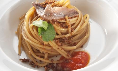 Il secondo piatto presentato aIdentità Milano 2013: Linguine cotte in acqua di peperone arrostito, colatura di produzione propria, alici di Cetara e coriandolo fresco