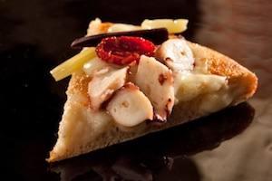 La pizza L'Estate,pizza con fiordilatte, fior di zucchina, cipolla in carpione, datterino confit e stracchino delle Pertiche alte