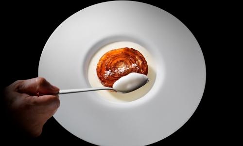 La celebra Cipolla caramellata con Grana Padano caldo-freddo, il piatto più celebre di Davide Oldani, chef del ristorante D'O a Cornaredo (Milano)