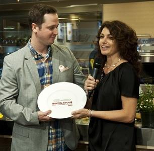 Bryce Shuman, executive sous chef dell'Eleven Madison Park, premiato da Elisabetta Serraiotto di Grana Padano