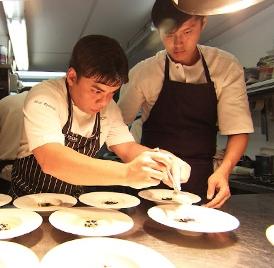 In primo piano, lo chef Mark Richards