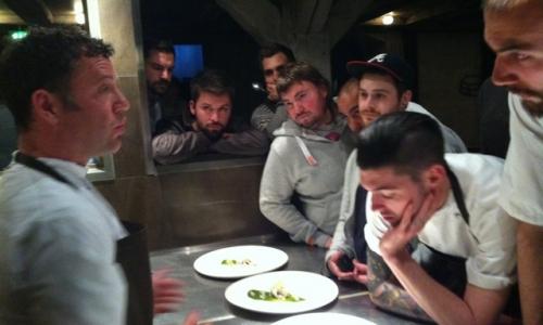 Il cuoco Timothy Magee mentre illustra iu suoi piatti ai colleghi del Noma di Copenhagen, in Danimarca