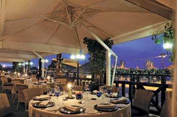 La terrazza aperta sul mare del Cafe Les Paillotes, 1 stella Michelin dal 2010