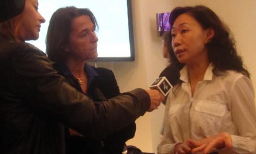 Yang Xiaolei, cronista di Cctv esperta di tematiche legate al cibo e al vino, intervistata da una collega italiana