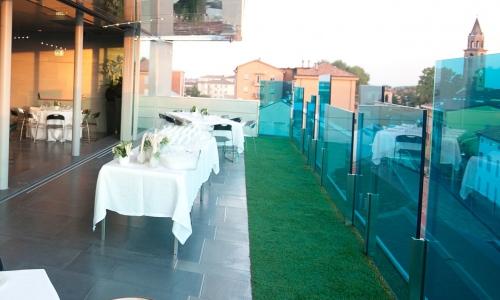 I tavoli all'esterno del ristorante