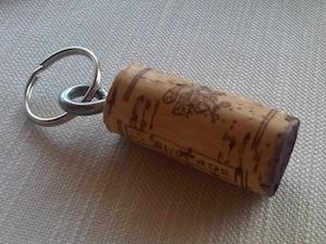 Il tappo di ogni bottiglia diventa un portachiavi