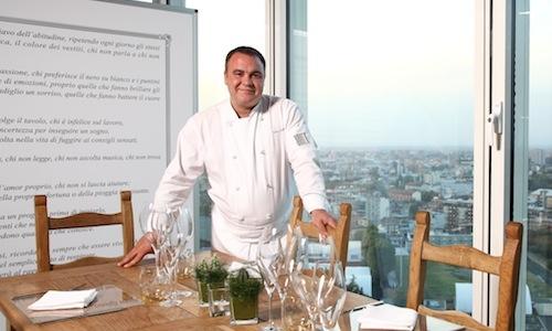Il cuoco nella sala dall'Unico a Milano