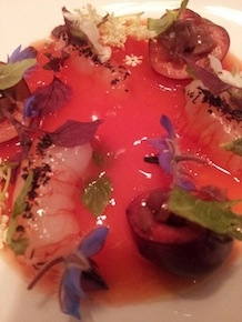 Dal menu a 8 mani, Gamberi e ciliegie, signature dish di Enrico Crippa