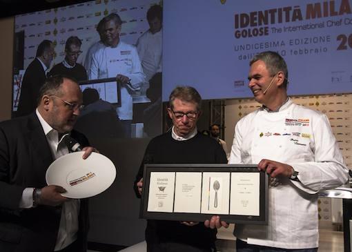 <p>Premiato <i>Identit&agrave; Naturali </i>a <b>Pietro Leemann</b>, ristorante <i>Joia</i> di Milano, premiato da <b>Lucio Cavazzoni </b>di <i>Alce Nero </i>con <b>Paolo Marchi</b></p>