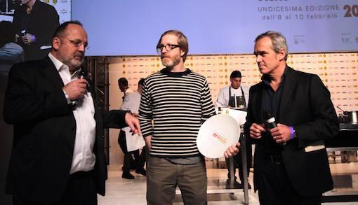 <p>E' del canadese <b>Daniel Burns</b>, chef del ristorante <i>Luksus</i> di Brooklyn a New York il vincitore del <i>Premio Birra in cucina</i>. Lo premia <b>Alfredo Pratolongo</b>, direttore Comunicazione e Affari istituzionali di <i>Heineken Italia<br /> </i></p>