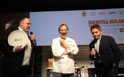<p><b>Norbert Niederkofler</b> del ristorante <i>St. Hubertus</i> di San Cassiano (Bolzano) &egrave; il vincitore del <i>Premio Tipicit&agrave; italiana in cucina</i>. Premia <b>Michele Cannone</b>, direttore marketing Food Service di <i>Lavazza</i></p>