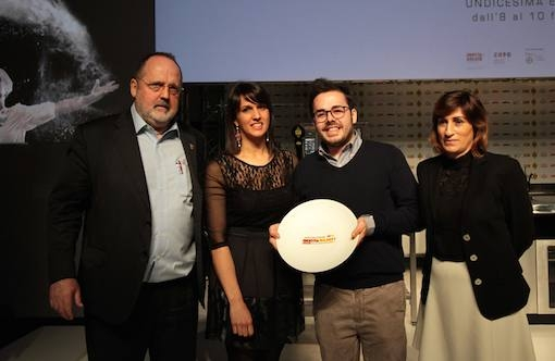 <p><i>Il giovane dell'anno</i> &egrave; <b>Oliver Piras </b>del ristorante <i>Aga</i> di San Vito di Cadore (Belluno), qui con la compagna <b>Alessandra Del Favero</b>. Premia <b>Barbara D'Amico</b> marketing manager di <i>Acqua Panna-S.Pellegrino</i></p>