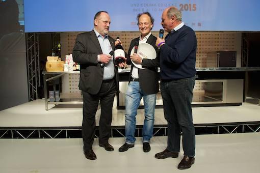 <p><b>Moreno Cedroni </b>della <i>Madoninna del Pescatore </i>di Senigallia (Ancona) &egrave; l'<i>Artigiano del Gusto</i>. Lo premia per <i>Fontanafredda</i> <b>Oscar Farinetti</b>, patron di <i>Eataly</i></p>