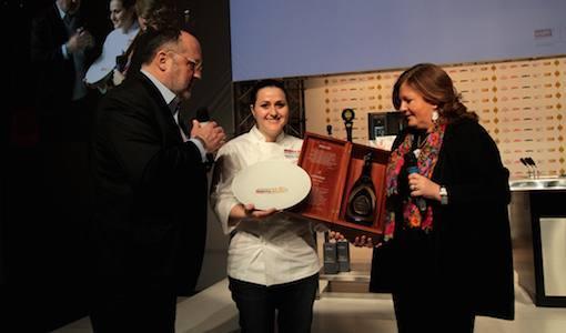<p><b>Cristina ZIliani</b>, responsabile della comunicazione per <i>Guido Berlucchi</i>, premia <b>Caterina Ceraudo</b>, chef di <i>Dattil</i>o a Strongoli (Crotone) e <i>Identit&agrave; Donna 2015</i></p>