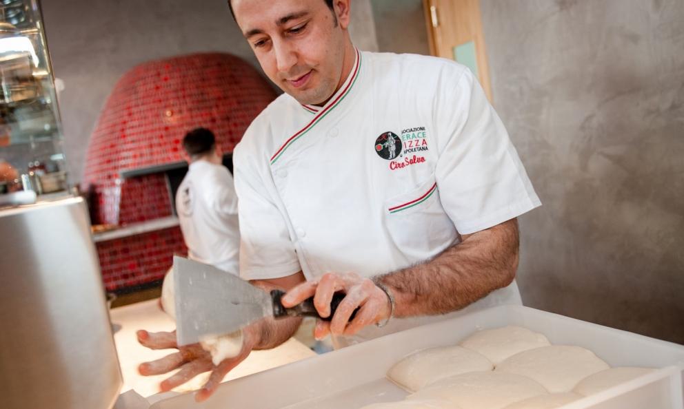 Ciro Salvo, patron di 50 Kalò a Napoli, con il suo impasto. Nonostante nella sua pizzeria lavorino 55 dipendenti, l'impasto viene curato dal solo Salvo