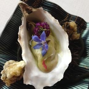 Ostrica al pil-pil di mare con fiori leggermente speziati e anemoni in leggera tempura